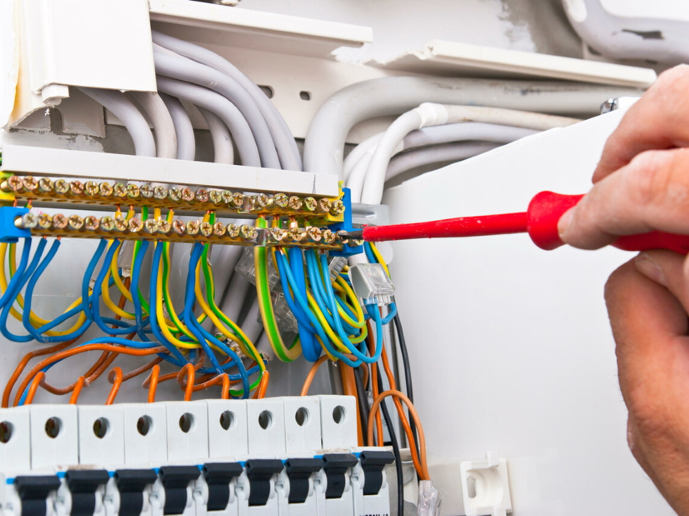 Как выбрать мастера для замены электропроводки